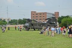 CH-47 Chinook och folk Royaltyfria Bilder