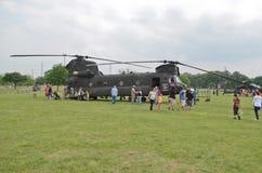 CH-47 Chinook och folk Royaltyfria Foton