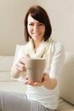 Chá de oferecimento Foto de Stock Royalty Free