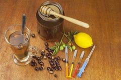 Chá do Rosehip e vacinação da gripe Medicina tradicional e métodos de tratamento modernos Injeção da vacina da gripe Imagem de Stock Royalty Free