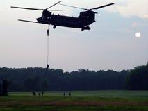 CH-47 Helicoptor i jednostki specjalne Poścą Roping obraz stock