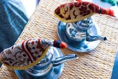 Ch? marroquino com hortel? e a??car em uns vidros em uma placa de cobre com chaleira foto de stock royalty free