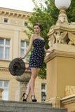 Chłodno brunetki dziewczyna w plenerowym moda strzale Obraz Stock