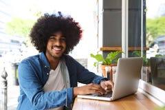 Chłodno facet pracuje z laptopem Zdjęcia Royalty Free