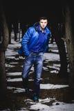 Chłodno facet w lesie Zdjęcia Stock