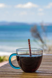 chłodno napój patrzeje nad morzem Obraz Stock