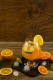 Chłodno owocowy koktajl na drewnianym stole, miejsce dla teksta Zdjęcia Royalty Free