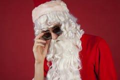 Chłodno Santa na czerwonym tle Fotografia Royalty Free