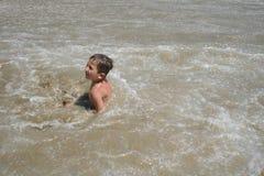 chłopak gra wody Zdjęcie Royalty Free