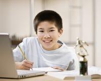 chłopak robi domowych potomstwom pracy Zdjęcie Royalty Free