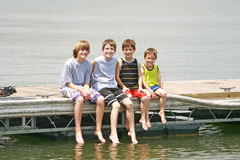 chłopcy doku posiedzenia Obrazy Royalty Free