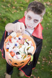 chłopcy Halloween wampir kostiumowe nosi young Fotografia Royalty Free