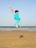 chłopcy jumping Zdjęcia Royalty Free