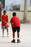 chłopcy koszykówek Zdjęcia Royalty Free