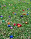ch?opcy t?a Wielkanoc jajka mi?ych jaj trawy zielone ?wie?ego ukryte hunt wyizolowa? poszukiwania white obrazy royalty free