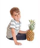 chłopiec ananas Zdjęcie Royalty Free