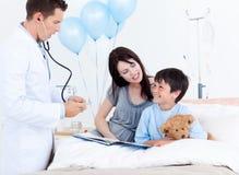 chłopiec baczna lekarka matka matki target475_0_ Obrazy Stock