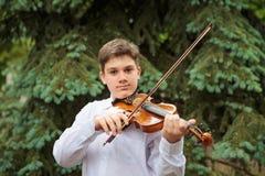 Chłopiec bawić się na skrzypce zdjęcie royalty free