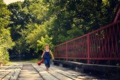 Chłopiec bieg z lampionem na czerwieni fotografia royalty free