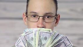 Ch?opiec biznesmena mienia fan dolary zdjęcie wideo