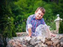 Chłopiec blisko fontanny Zdjęcia Royalty Free