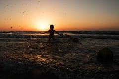 Chłopiec bryzga w morze Fotografia Royalty Free