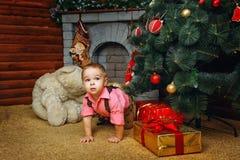 Chłopiec, choinka i prezenty, Obraz Royalty Free