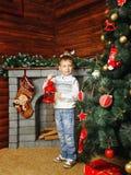 Chłopiec, choinka i prezenty, Zdjęcia Royalty Free