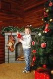 Chłopiec, choinka i prezenty, Fotografia Royalty Free