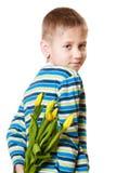 Chłopiec chuje bukiet kwiaty za ja Fotografia Royalty Free