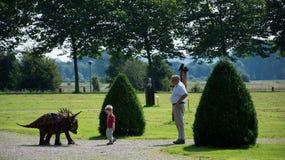 Chłopiec ciekawa o dinosaurze Zdjęcia Royalty Free