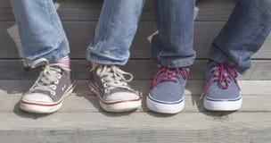Chłopiec cieki z sneakers Dzieci siedzi na schodkach plenerowy Zdjęcie Royalty Free