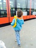 Chłopiec czeka tramwaj Fotografia Royalty Free