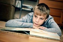 chłopiec czytanie Fotografia Royalty Free