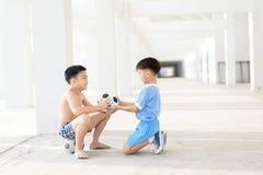Chłopiec daje futbolowi Obrazy Royalty Free