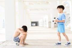 Chłopiec daje futbolowi Fotografia Stock