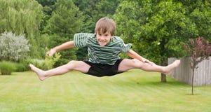 Chłopiec doskakiwanie zdjęcia royalty free