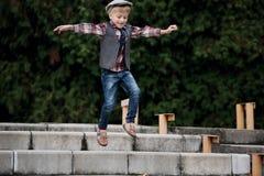 Chłopiec doskakiwanie na schodkach Zdjęcie Stock