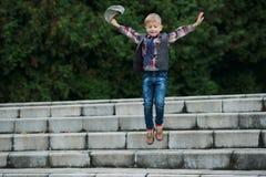 Chłopiec doskakiwanie na schodkach Fotografia Stock