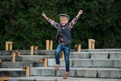 Chłopiec doskakiwanie na schodkach Obraz Royalty Free