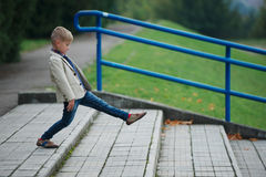 Chłopiec doskakiwanie na schodkach Obrazy Royalty Free
