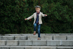 Chłopiec doskakiwanie na schodkach Obraz Stock