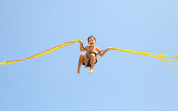Chłopiec doskakiwanie na trampoline Zdjęcia Royalty Free