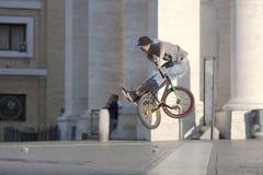 Chłopiec doskakiwanie z rowerem Zdjęcia Stock