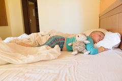 Chłopiec dosypianie w hotelu Obrazy Royalty Free
