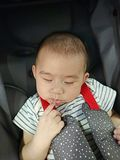 Chłopiec dosypianie w spacerowiczu Obraz Stock