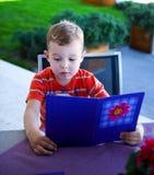 chłopiec egzamininuje menu Zdjęcia Stock