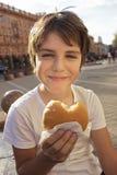 chłopiec hamburger Zdjęcie Royalty Free