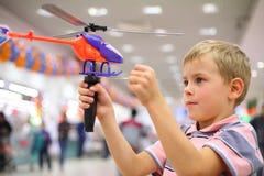 chłopiec helikopteru sklepu zabawka Zdjęcia Stock