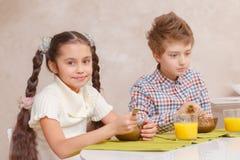 Chłopiec i dziewczyna lunch wpólnie Zdjęcie Royalty Free